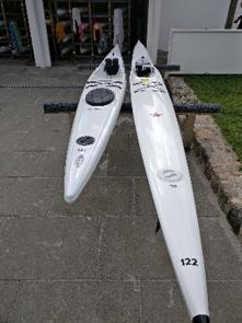 Her ses en stabil surfski for nybegyndere (til venstre) og en surfski for erfarne surfskiroere.