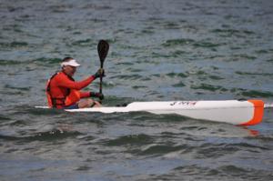 Her ses hvordan man sidder ovenpå båden. Baileren tømmer automatisk båden for vand, mens bådens lange design gør at den kan surfe på store bølger.