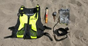 En farveglad redningsvest, et røgblus, en GPS, en vandtæt pose til mobilen, en leg leash.